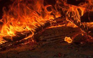 Offenes Kaminfeuer schafft Wärme und Behaglichkeit