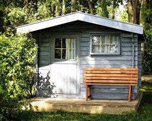 Ein Gartenhaus schafft Platz für Gartengeräte und ist ein toller Ort seinen Garten zu genießen